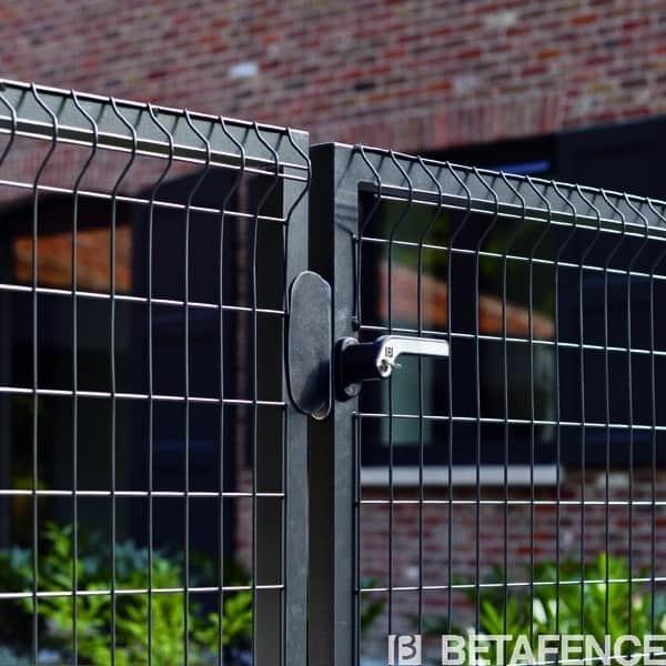 Les portillons à sceller de la gamme Bekafor Essential sont peu chers. Ils s'harmonisent parfaitement avec tous types de clôtures ou grillages. Ils sont disponibles en 2 coloris.Nos produits sont de fabrication européenne et répondent aux normes environnementales en vigueur. La garantie 10 ans Betafence est un gage de qualité et de longévité pour votre produit
