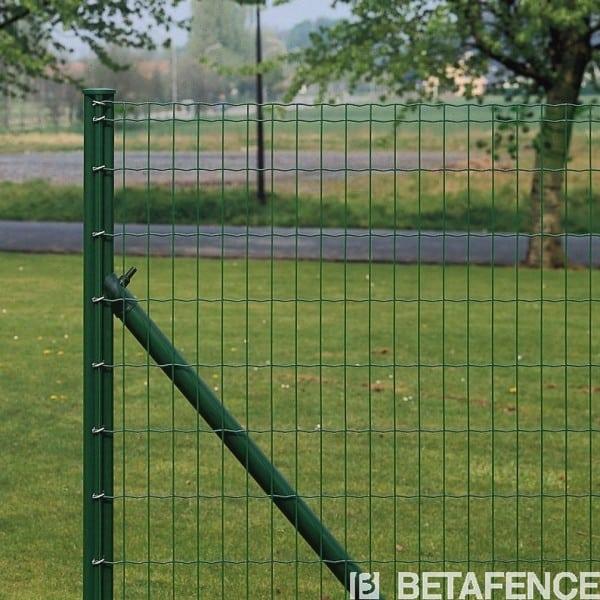 Les jambes de force sont indispensables pour la tenu de votre clôture en rouleaux. Les JDF Bekaclip s'attachent à votre poteau intermédiaire soit par un crochet, soit avec un collier double. Disponibles en vert et anthracite.