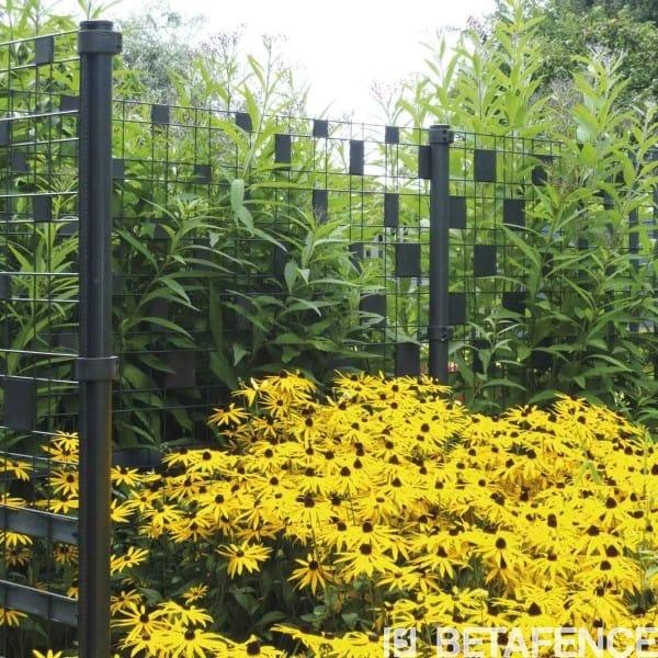 Personnalisez votre clôture Zenturo avec les Flexo-strip. Donnez un style unique à votre clôture en y mélangant Flexo-Strip et Pixel. Faites participer la famille à la réalisation du design et au montage.